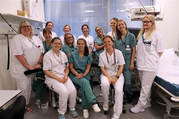 Sykepleiere fra Kvinneklikken smiler mot kamera.